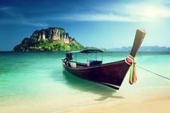 Długa łodzi i poda wyspa obrazy royalty free