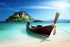 Długa łodzi i poda wyspa zdjęcia stock