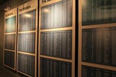 Długa ściana z plakietami spisuje imiona uchodźcy, Bezpiecznej przystani muzeum, Oswego, Nowy Jork, 2016 Zdjęcia Stock