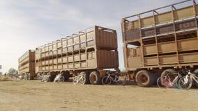 Długa brąz ciężarówka z bicyklem zdjęcie wideo