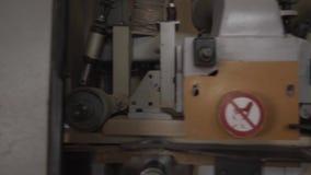 Długa drewniana deska iść przez woodworking maszyny na manufaktura meble zdjęcie wideo