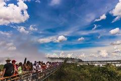 Długa kolejka turyści na metalu przejściu w kierunku wierzchołka diabła gardło przy Iquazu Spada zdjęcie stock