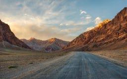 Długa Pamir autostrada M41, nabierający Tajikistan w Sierpień 2018 nabierającym hdr zdjęcie royalty free