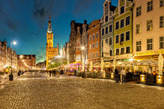Długa pas ruchu ulica w Gdańskim przy nocą Obraz Royalty Free