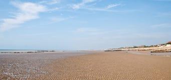 Długa piaskowata plaża Zdjęcia Royalty Free