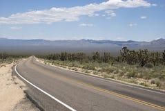 Długa prosta droga przez jałowego pustynia krajobrazu Kalifornia Obraz Stock
