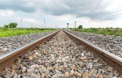 Długa prosta linia kolejowa na betonowych tajnych agentach obraz royalty free