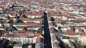 Długa ruchliwa ulica z ruchem drogowym i tramwaje w Monachium, powietrzny materiał filmowy w 4k zbiory wideo