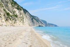 Długa szeroka plaża z stromymi falezami i błękitnym morzem zdjęcie stock