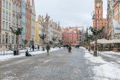 Długa targowa ulica w starym miasteczku Gdański przy zima czasem Zdjęcie Royalty Free