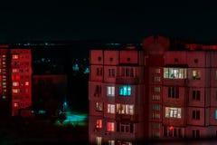 Długa ujawnienie fotografia wieżowowie w czerwonych i błękita światłach Noc pejzaż miejski, Hall Duży miasta życie zdjęcia stock