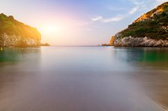 Długa ujawnienie krajobrazu piaska plaża w zakończenie zatoce przy półmrokiem, Obrazy Stock