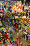 Długa ujawnienie scena tłumu Batu jamy inside świątynia podczas Thaipusam festiwalu zdjęcia stock