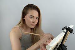 Długa z włosami atrakcyjna młoda kobieta lub uczeń angażowaliśmy wewnątrz tworzymy zdjęcie stock