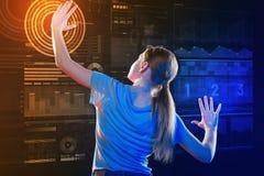 Długa z włosami dziewczyna stawia ona up i dotyka ekran ręki zdjęcie stock
