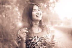 Długa z włosami kobieta szczęśliwie słucha Zdjęcie Stock