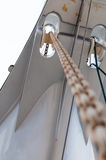 Długi łańcuch z rolką od frontowego pokładu łódź zdjęcie stock