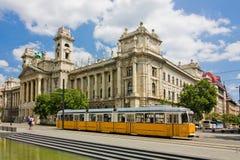 Długi żółty tramwaj w Budapest fotografia royalty free