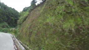 Długi beton brukująca przesmyka cewienia zygzag droga przy stroną górzyste Cordillera falezy na mglistym i dniu zbiory wideo