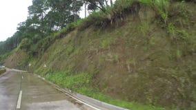 Długi beton brukująca przesmyka cewienia zygzag droga przy stroną górzyste Cordillera falezy na mglistym i dniu zbiory