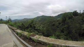 Długi beton brukująca przesmyka cewienia zygzag droga przy stroną górzyste Cordillera falezy na mglistym i dniu zdjęcie wideo