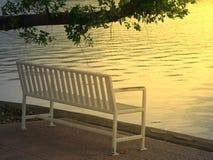 Długi biały krzesło stoi bezczynnie rzekę przy zmierzchem obrazy stock