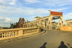 Długi Bien mosta wietnamczyk: Cau Długi Bien jest historycznym wspornika mostem przez Czerwoną rzekę Fotografia Royalty Free