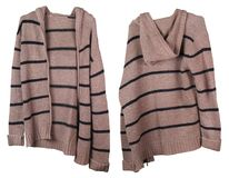 Długi brown woolen mężczyzna ` s paskował pulowerów zrozumienia na wieszaku Obraz Royalty Free