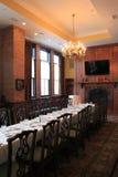 Długi ciemny drewno stół, krzesła w jadalni ustawiającej dla przyjęcia, Harvey restauraci i baru i, Saratoga, 2015 Zdjęcie Stock