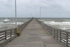 Długi drewna i betonu molo przedłużyć out w ocean Obraz Royalty Free