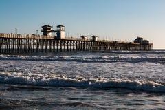 Długi Drewniany wody molo na zachodnim wybrzeżu w oceanside Zdjęcie Royalty Free