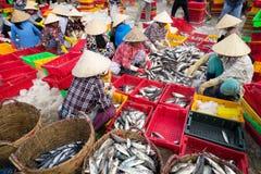 DŁUGI HAI, VUNG TAU, WIETNAM - 03 2016 LIPIEC: Rybi sprzedawcy w Długim Hai rynku przygotowywają morskiej ryba dla ranku rynku Obraz Stock