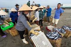 DŁUGI HAI, VUNG TAU, WIETNAM - 03 2016 LIPIEC: Rybi sprzedawcy w Długim Hai rynku przygotowywają morskiej ryba dla ranku rynku Zdjęcia Royalty Free