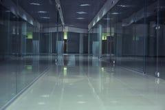 Długi korytarz i gablota wystawowa Obrazy Stock