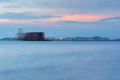 Długi most nad morzem z pięknym wschodem słońca Obrazy Stock