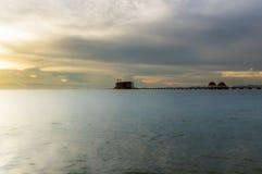 Długi most nad morzem z pięknym wschodem słońca Obraz Stock