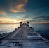 Długi most nad morzem z pięknym wschodem słońca, Tajlandia Obrazy Stock