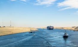 Długi pantone most, deportowany tugboats, wzdłuż zachodniego banka kanał sueski fotografia royalty free