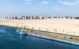 Długi pantone most, deportowany tugboats, wzdłuż zachodniego banka kanał sueski, Egipt obrazy stock