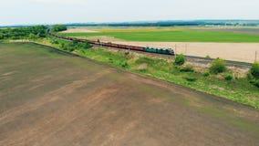 Długi pociąg towarowy iść na kolei widok z lotu ptaka zbiory