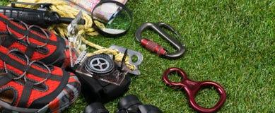 Długi pojęcie camping Wycieczkujący w turystyce i górach wycieczkować na tle zielona trawa, set rzeczy zdjęcia royalty free