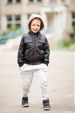 Długi portret jest ubranym czarnego leathe urocza chłopiec zdjęcie stock