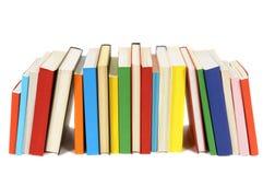 Długi rząd kolorowe bibliotek książki odizolowywać na białym tle Fotografia Stock