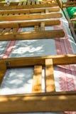 Długi stół zakrywający z boho stylu płótnem Składać drewnianych krzesła Przygotowanie dla plenerowego lato wiosny pinkinu lub spo Zdjęcie Stock
