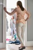 Długi tylni widok macierzyste dopatrywanie córki próbuje na odziewa w pokoju fotografia stock