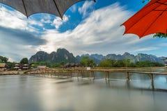 Długi ujawnienia drewna most na nawa pieśniowej rzece w Vang vieng, Laos zdjęcia stock
