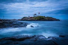 Długi ujawnienie fala rozbija na skałach w Atlantyckim oceanie, Obrazy Royalty Free