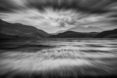 Długi ujawnienie krajobraz burzowy niebo i góry nad jeziorem wewnątrz Fotografia Royalty Free