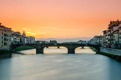 Długi ujawnienie Ponte Santa Trinita i Rzeczny Arno, viewe fotografia royalty free
