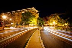 Długi ujawnienie ruch drogowy i budynki wzdłuż Dupont okręgu przy ni Fotografia Royalty Free